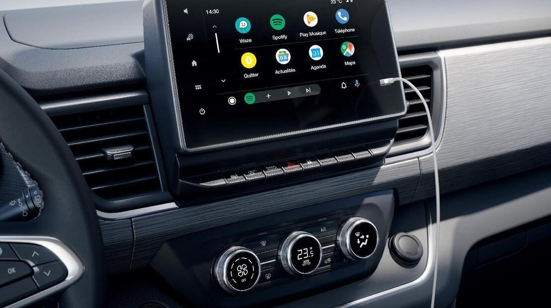 Преден климатик с електронно управление, климатик за задните места с ръчно управление